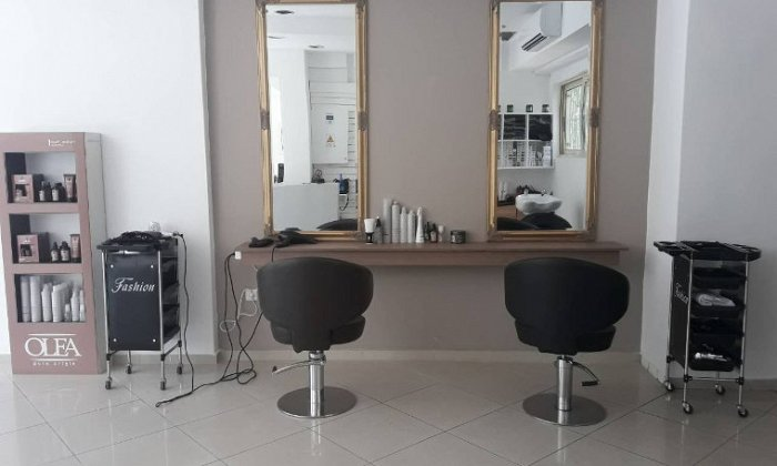 30€ για μία ισιωτική θεραπεία Brazilian Keratin, για ίσια και μεταξένια μαλλιά, από το κομμωτήριο