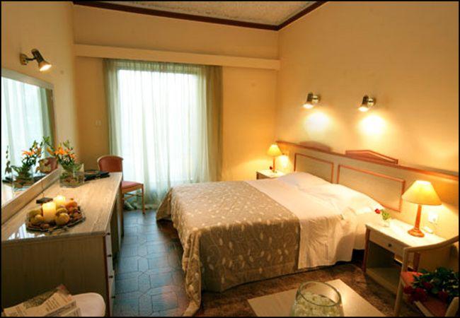 28η Οκτωβρίου από 60€ ανά διανυκτέρευση με πρωινό για 2 ενήλικες και 1 παιδί έως 12 ετών Ισχύει έως 31/10 και για 28η Οκτωβρίου στο 4* Antonios Hotel
