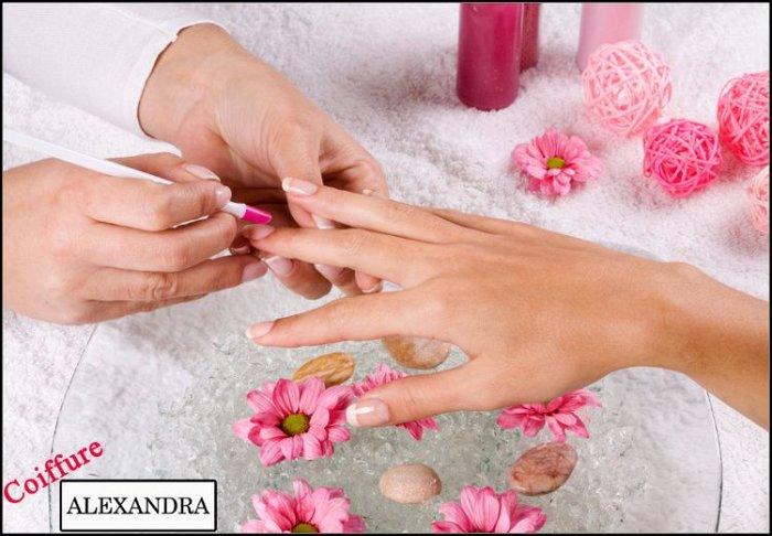 """7€ για 1 ημιμόνιμο manicure ή 9€ για 1 pedicure, από το """"Alexandra Coiffure"""" στα Άνω Πετράλωνα"""