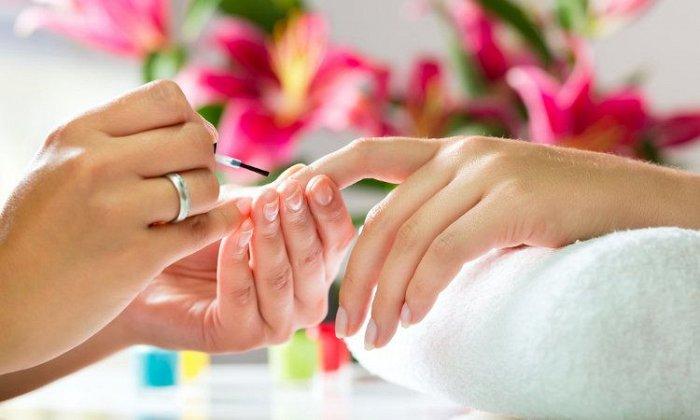5€ για 1 ημιμόνιμο manicure (χρώμα) ή 19€ για 1 τοποθέτηση τεχνητών νυχιών, από το