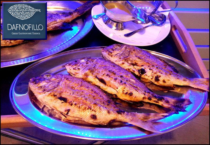 25€ για ένα πλήρες μενού 2 ατόμων με φρέσκο ψάρι, σαλάτα και κρασί, από το εστιατόριο θαλασσινών