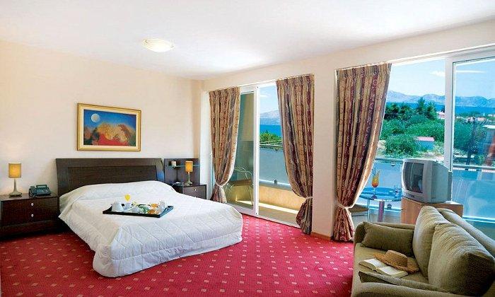 Προσφορά Αγίου Πνεύματος από 45€ ανά διανυκτέρευση με πρωινό ή Ημιδιατροφή για 2 ενήλικες και 1 παιδί έως 3 ετών στο Dolphin Resort Hotel & Conference εικόνα