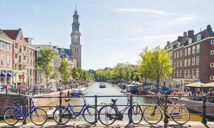 5 ημέρες αεροπορικώς από Αθήνα ή Θεσσαλονίκη. Διαμονή σε ξενοδοχεία 4* με πρωινό. Μεταφορές και ξεναγήσεις σε Άμστερνταμ,Zaanse Scans, Βόλενταμ, Χάγη, Ντέλφτ, Ρόττερνταμ, Βρυξέλλες, Βατερλό, Ναμούρ, Λουξεμβούργο, Γάνδη, Μπρυζ. εικόνα