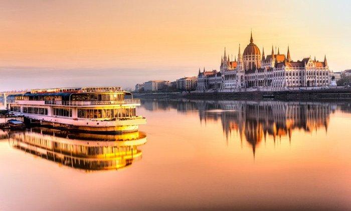 Χριστούγεννα 4 ημέρες αεροπορικώς (αναχώρηση), οδικώς (επιστροφή) & συνοδό από Θεσσαλονίκη. Διαμονή και ξεναγήσεις σε Πράγα, Βιέννη και Βουδαπέστη σε ξενοδοχείά 4* με πρωινό. εικόνα